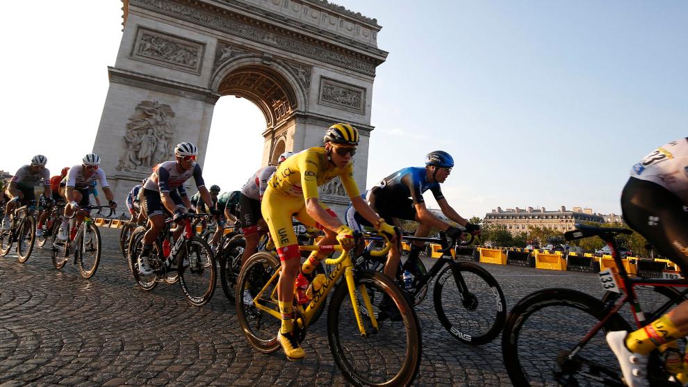 Tadej Pogacar de amarillo en la última etapa del Tour 2020.