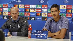 Zinedine Zidane y Varane, en rueda de prensa en partido de previa de...