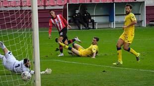 Momento en que Leo Ruiz cruza el balón para superar a Dani Jiménez