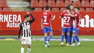 Djurdjevic celebra con sus compañeros el gol que le marcó al...