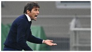 Conte da instrucciones durante un partido del Inter.