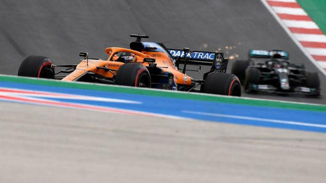 Carlos Sainz, por delante de Lewis Hamilton, en el Gran Premio de...