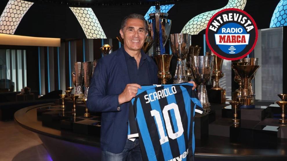 Scariolo posa con la camiseta del Inter.
