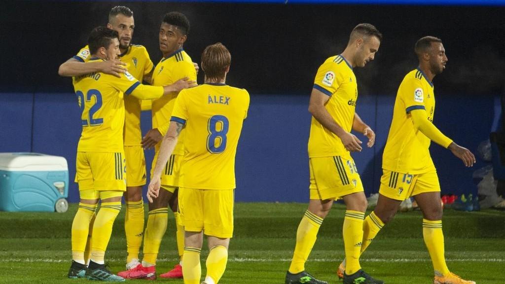 Los jugadores del Cádiz celebran un gol ante el Eibar el pasado fin...