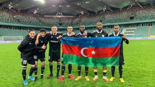 Varios jugadores del Qarabag, con la bandera de Azerbaiyan