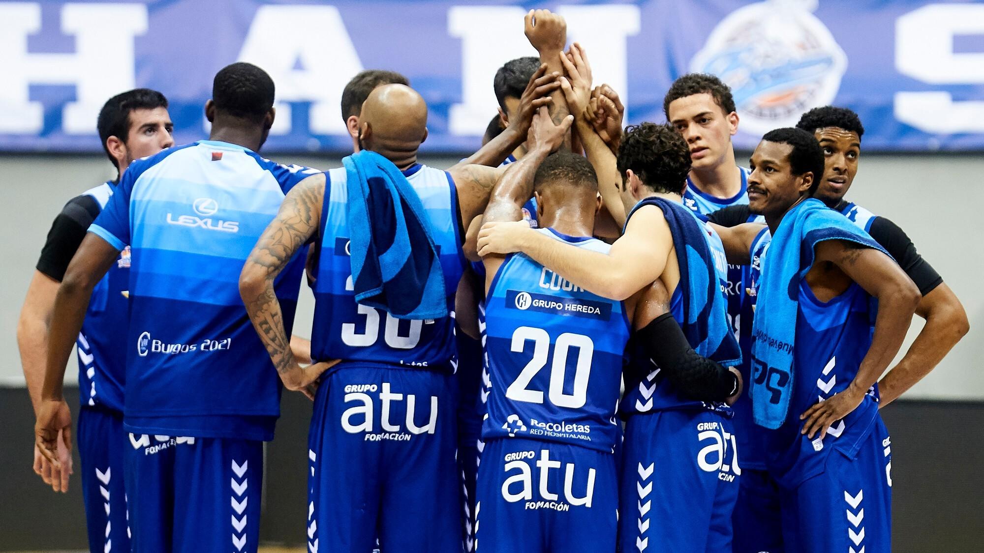 Los jugadores del Hereda San Pablo Burgos hacen piña después de...