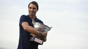 Rafa Nadal posa con el trofeo de Roland Garros 2020.