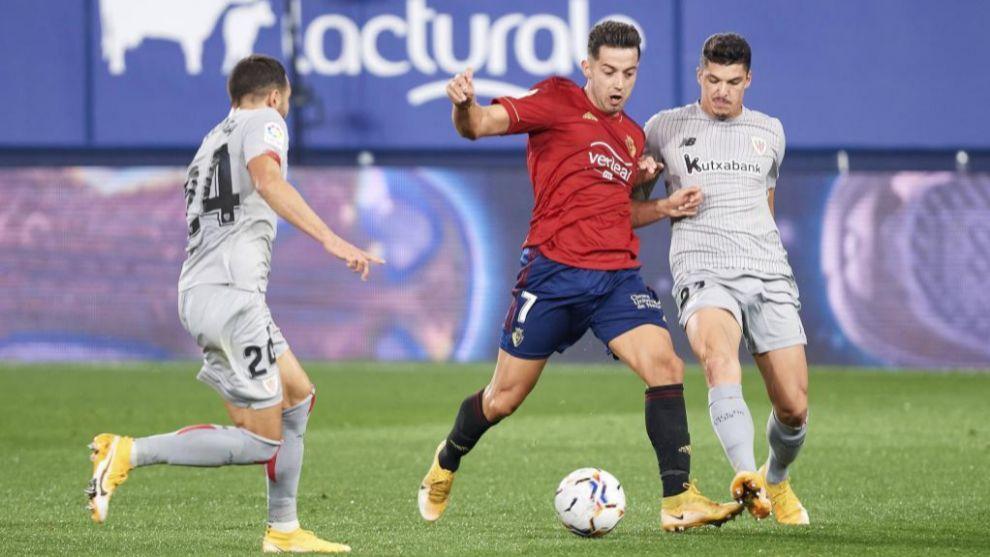 Jony defiende el balón ante los jugadores del Athletic
