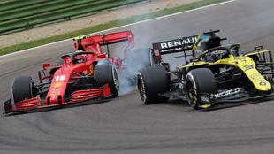 Charles Leclerc y Daniel Ricciardo luchan pro posición durante el GP...