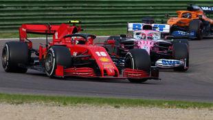Checo Pérez intentar adelantar a Charles Leclerc, en las vueltas...