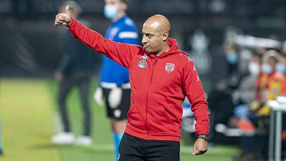 Mehdi Nafti hace un gesto de aprobación a sus jugadores en la...