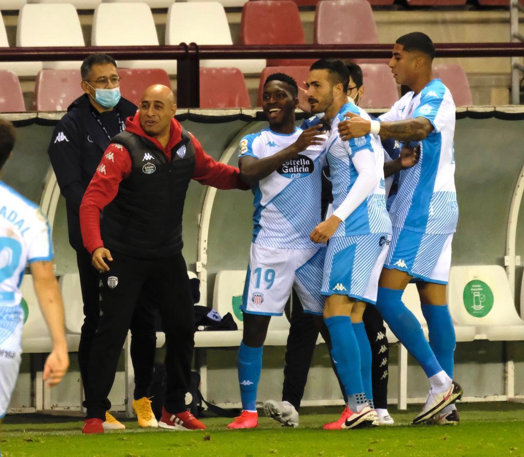 Los jugadores del Lugo celebran con Nafti uno de sus tres goles en Las...