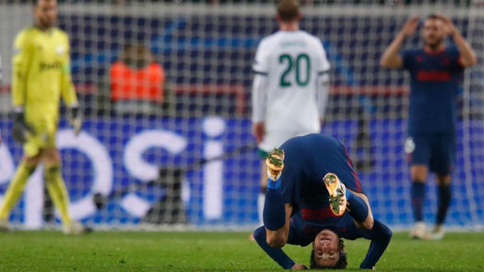 Giménez, de cabeza durante el choque ante el Lokomotiv.