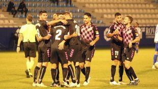 Los jugadores del Sabadell celebran su victoria en El Toralín,...