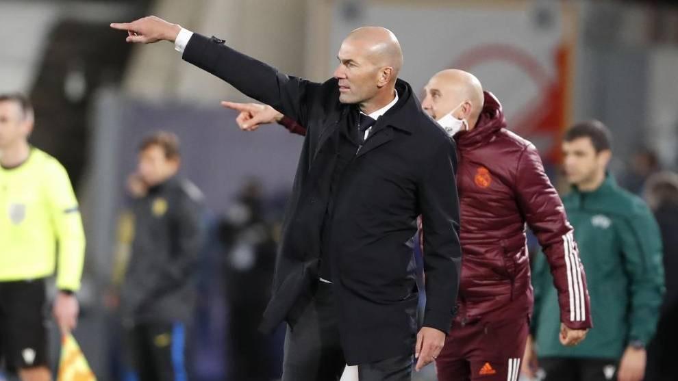 Zidane, junto a su ayudante Bettoni, en el partido ante el Inter.