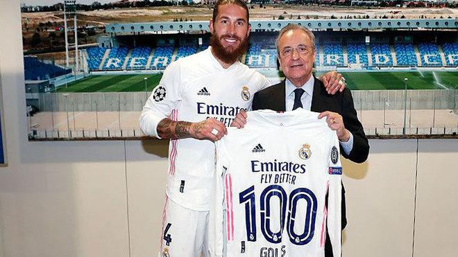 Sergio Ramos posa junto a Florentino tras marcar su gol 100 con el...