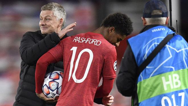 Rashford saluda a Solskjaer tras su 'hat-trick' al RB Leipzig.