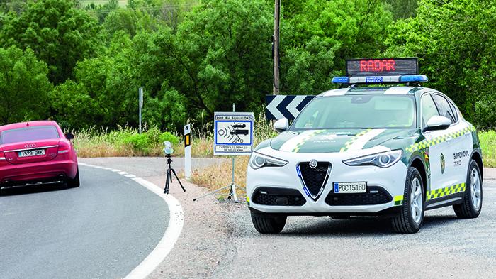 Un coche de la Guardia Civil anuncia un control estacionario de velocidad.
