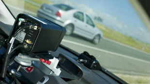 Un radar controla la velocidad de un turismo en una carretera.