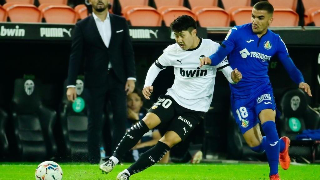Mauro Arambarri puja por un balón con Kangin Lee.
