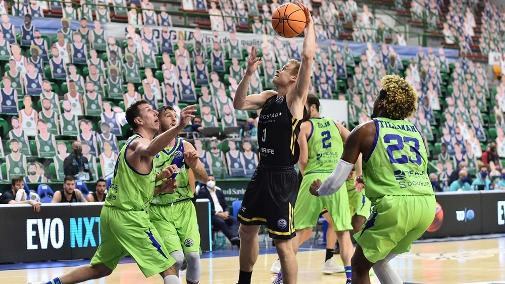 El jugador del Iberostar Sasu Salin lanza rodeado de rivales del...