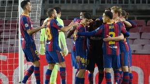 Los jugadores del Barça celebran el gol de Messi al Dinamo de Kiev.