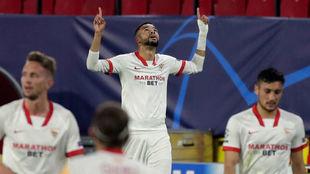 En-Nesyri celebra uno de los goles del Sevilla.
