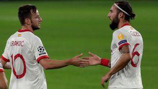Rakitc (32) recibe la felicitación de Gudelj (28) tras marcar ante el...