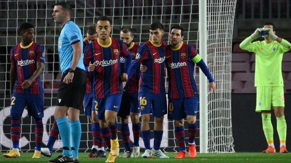 Los jugadores del Barcelona, en el partido contra el Dinamo de Kiev