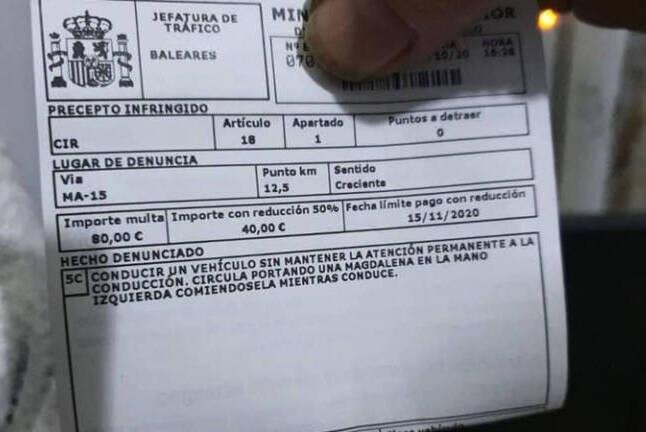La multa de 80 euros a un conductor por comerse una magdalena mientras conducía.