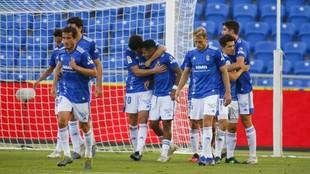 Los jugadores del Oviedo celebran un tanto.