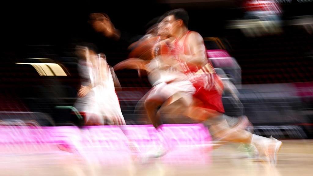 Dos jugadores, difuminados, corren durante un encuentro de la...