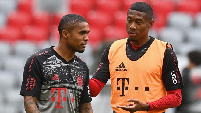 Doglas Costa y David Alaba en un duelo del Bayern Munich.