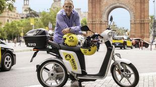 Damien Harris, fundador de Gecco, con una de sus motocicletas urbanas.