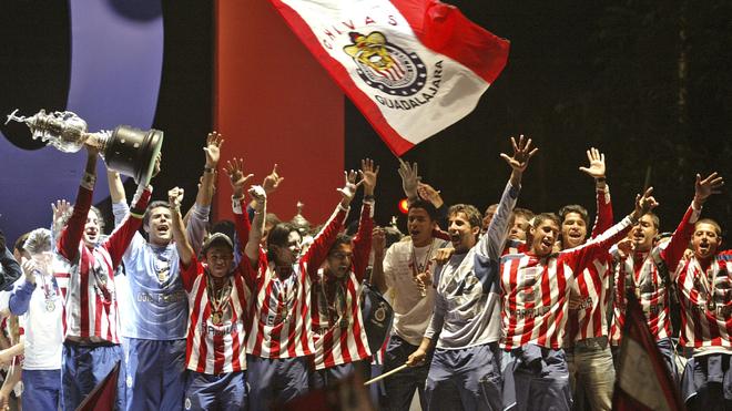 Chivas festeja su título ante el Toluca en el 2006.