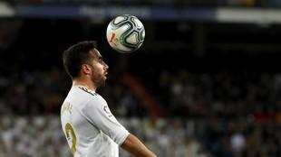 Dani Carvajal controla un balón con la cabeza en un partido ante el...