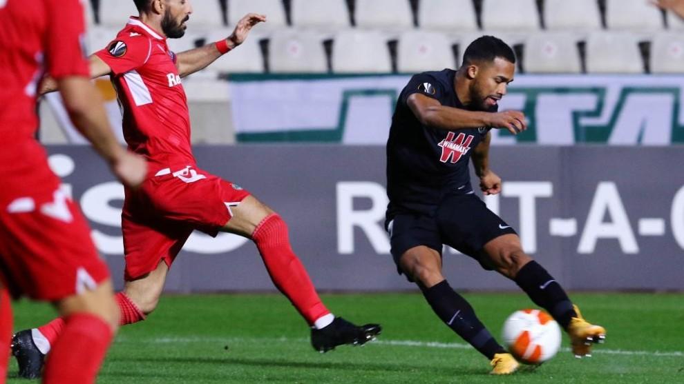Yangel herrera en el momento del disparo que acabo en gol al Omonia