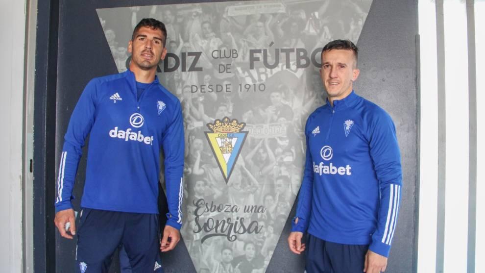 Jon Ander Garrido (31) y 'Salvi' Sánchez (29) posando con el escudo...