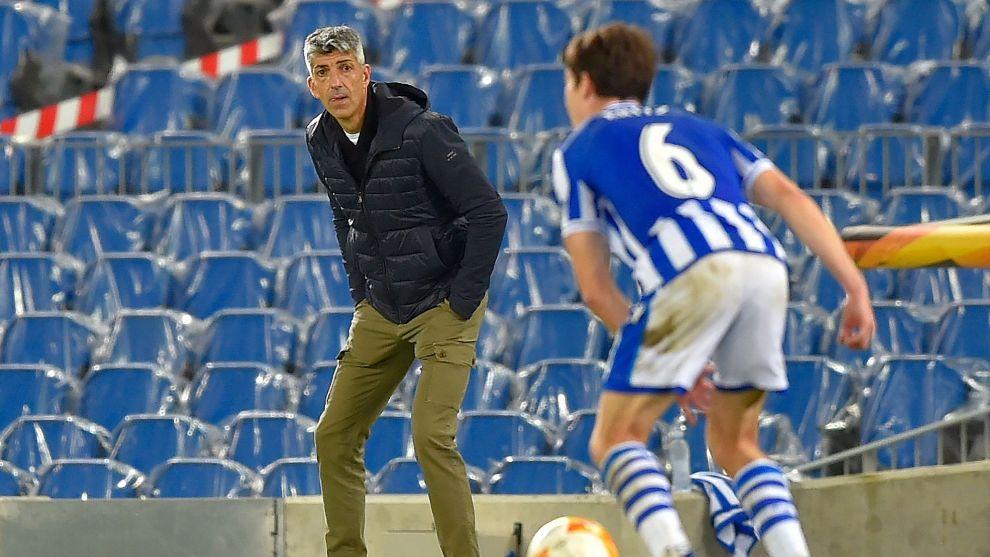 Imanol observa con atención un avance de Aritz, ante el AZ Alkmaar.