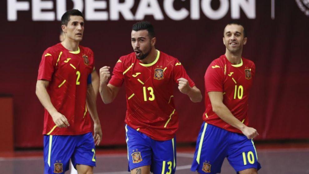 Chino, jugador de Valdepeñas, celebrando el empate a uno que comenzó...