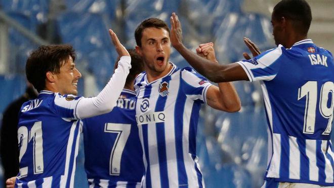 Los jugadores de la Real Sociedad celebran el gol contra el AZ...