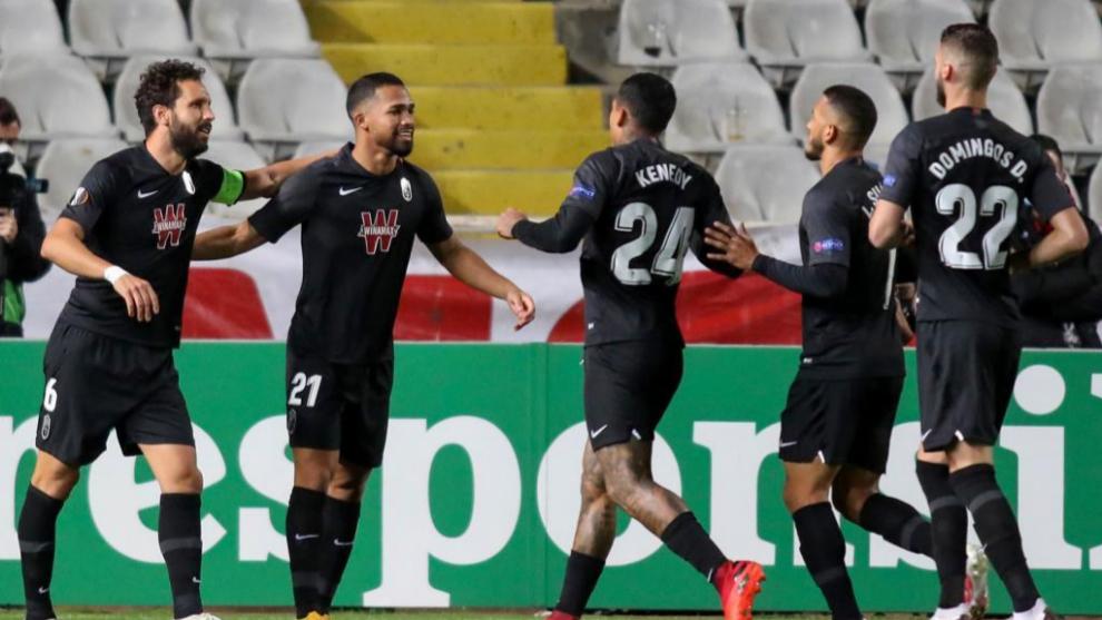 Los jugadores del Granada celebran uno de los tantos ante el Omonia.
