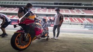 Marc Márquez, en Barcelona, mira la Honda de su sustituto, Bradl.