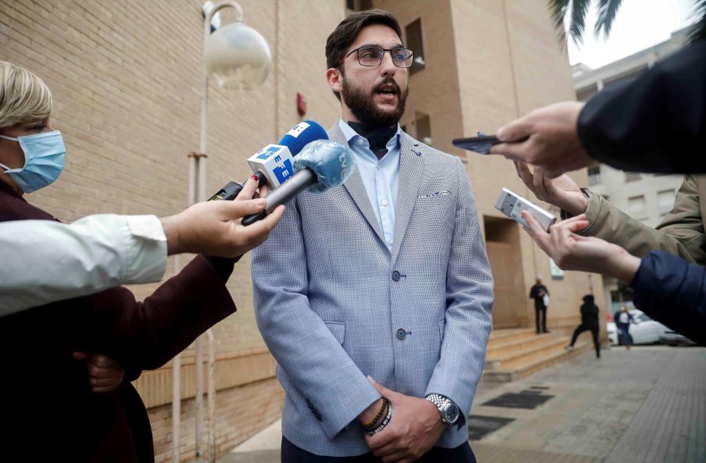 Andrés Contreras, herido de gravedad en el accidente e hijo de uno de los fallecidos, habla con la prensa.
