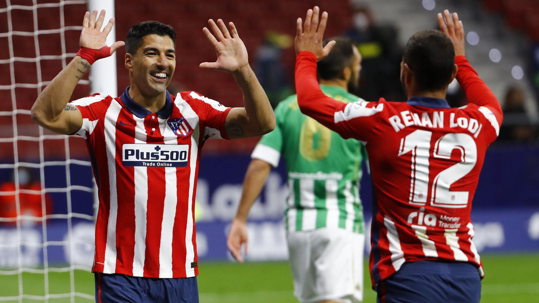 Luis Suárez celebra con Lodi su tanto frente al Betis.