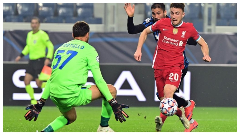 Diogo Jota bate a Sportiello contra la Atalanta.