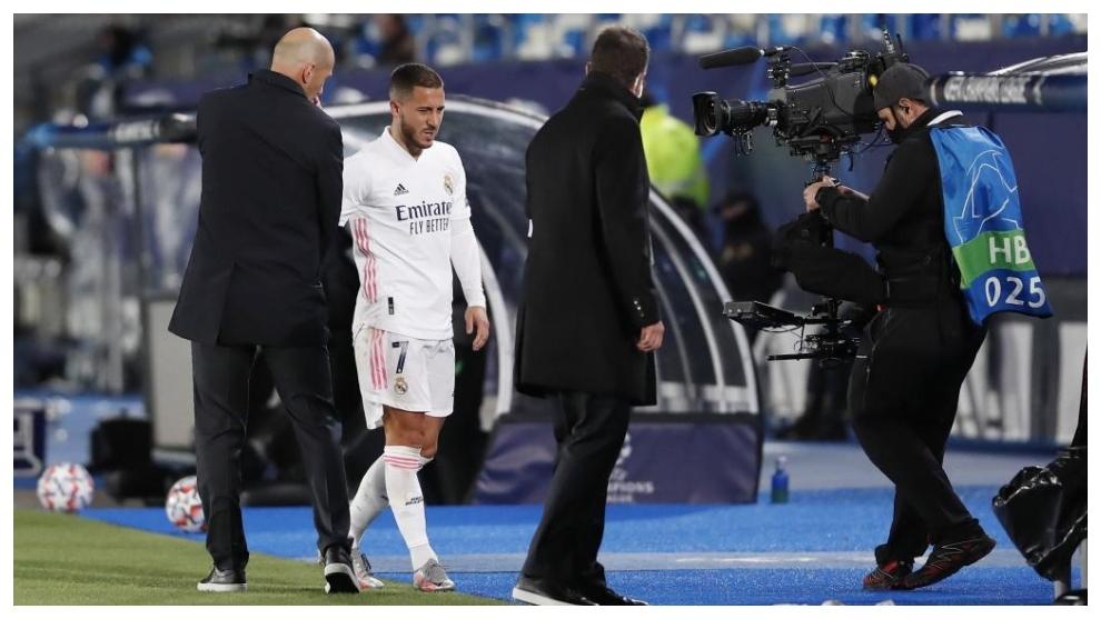 Hazard saluda a Zidane tras ser sustituido en el partido ante el...
