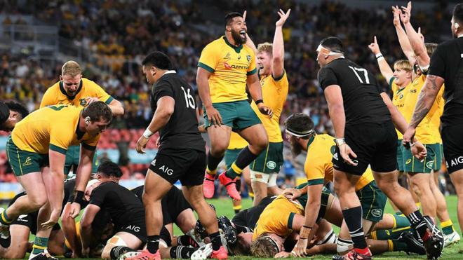 Los jugadores australianos celebran uno de sus ensayos en el partido...