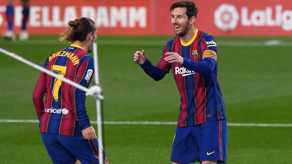 Griezmann y Messi celebran el que fue el 2-1 del Barcelona al Betis.