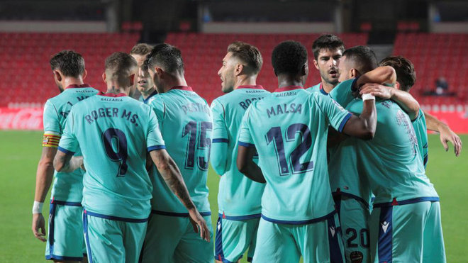 La plantilla del Levante felicita a Vezo por su gol en Granada.